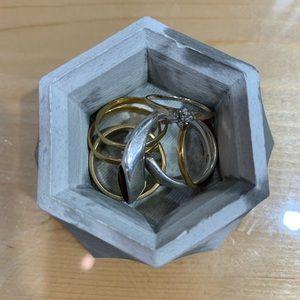 Accessories - Geometric concrete ring holder